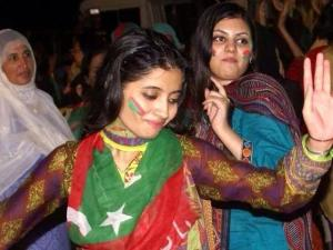 pti-girls-dance-in-islamabad-dharna